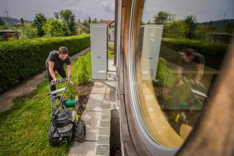 Mähroboter Installationsservice beim durchführen einer Mähroboter Installation: Installateur verlegt das Begrenzungskabel unteridisch mit einer Verlegemaschine